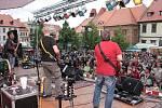 To na hlavním podiu na Velkém náměstí v tu chvíli vystupovala legendární kapela Mňága a Žďorp.