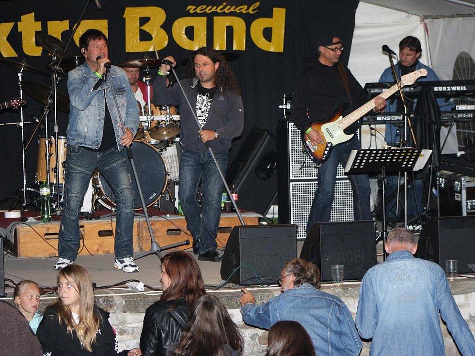 Tečku za programem na Parkáně udělala kapela Extra Band.