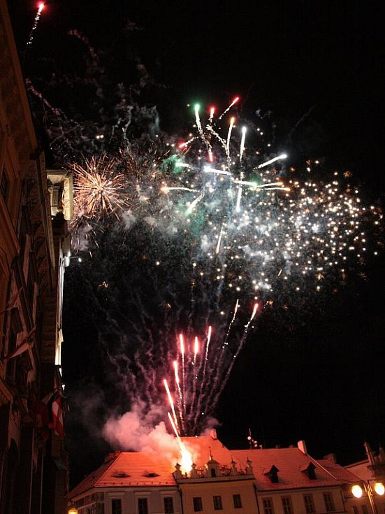 Je sobotní půlnoc a Velké náměstí ozářil na závěr Slavností Zlaté stezky tradiční ohňostroj.