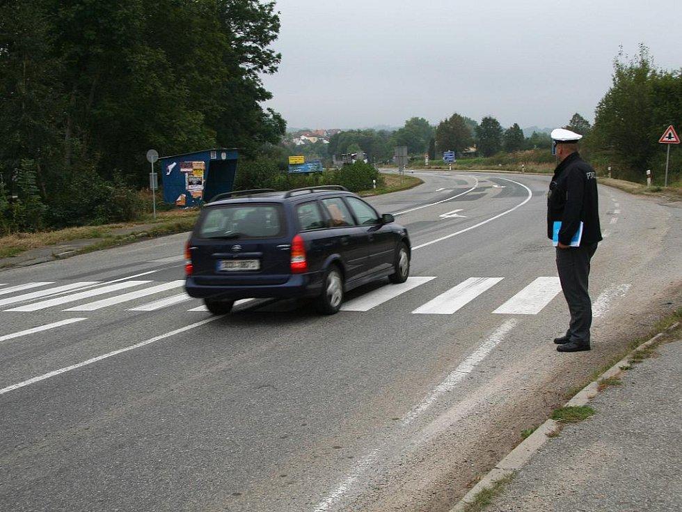 """Přechody pro chodce na netolickém obchvatu nesplňují technické parametry. Proto dopravní policie upozornila na závadu. """"To, že by se odstranila snížením rychlosti, je ale nepřijatelné,"""" tvrdí Martin Grožaj, který zebry znovu kontroloval."""