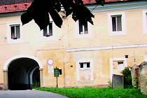 VSTANE Z MRTVÝCH? Historický objekt Petrova Dvora u Netolic léta chátral. Nový majitel chce budovám vrátit zašlou slávu.