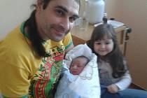 Tomáš Dvořák se narodil v prachatické porodnici v pondělí 29. ledna v 9:46 hodin rodičům Lence Vaškové a Zdeňkovi Dvořákovi z Prachatic. Chlapeček vážil 3760 gramů. První fotografování s malým bráškou si nenechala ujít tříletá sestřička Markétka.