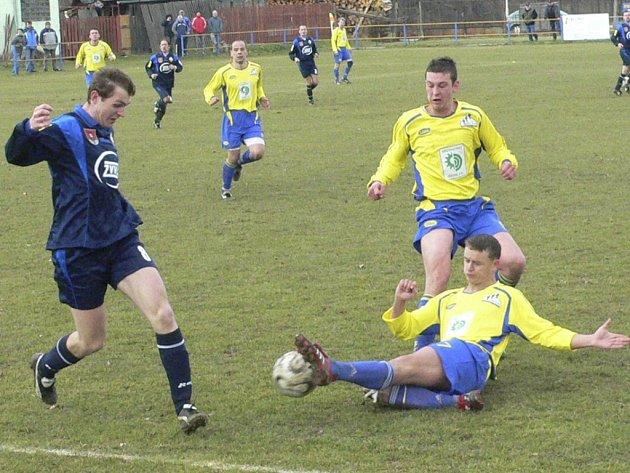 Čkyňští fotbalisté (ve žlutém ve skluzu Děd) získali další tři body.