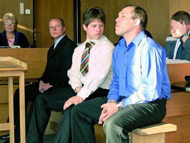 OPĚT PŘED SOUDEM. Bývalý policista Václav Geier a dva jeho komplicové Daniel Janoušek a Jiří Janoušek včera 14. dubna opět stanuli před prachatickým soudem. Jsou obžalovaní z vydírání.