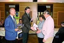 OCENĚNÍ. Pošesté udělovala vimperská radnice cenu za nejlepší květinovou výzdobu, tentokrát v přilehlých osadách. Vítězství si nakonec odnesli Mondlovi z Bořanovic.