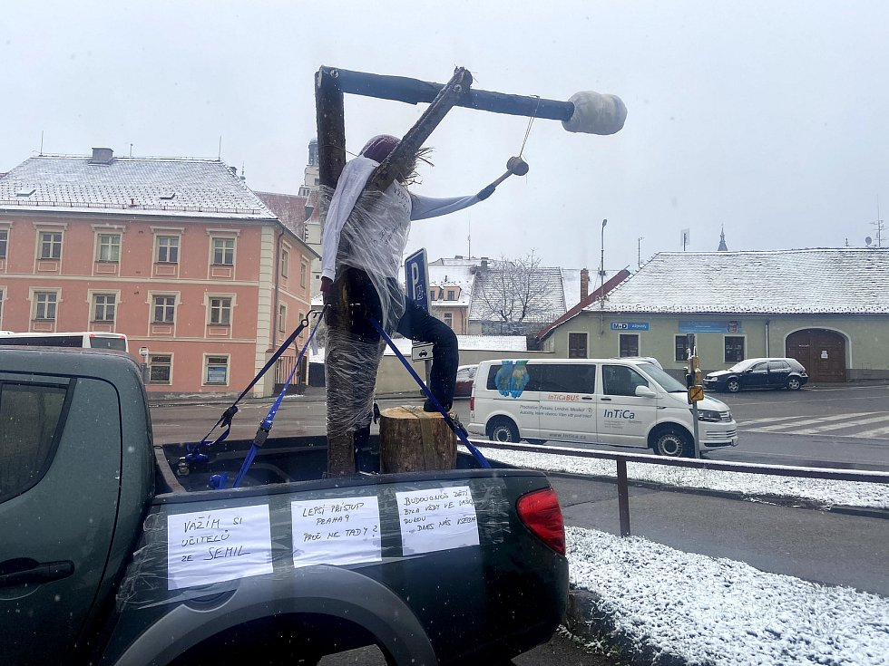 Majitel auta s šibenicí se v úterý 13. dubna vrátil na parkoviště před prachatickou poštu.