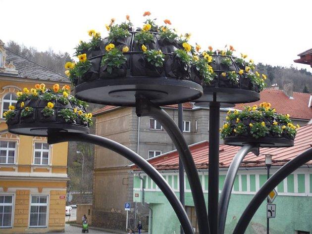 Desítky květinek zdobí v těchto dnech vimperské ulici.