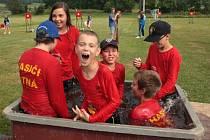 Mládež ze Žitné navíc v sobotní vedru ukázala, že k hasičům voda prostě patří.