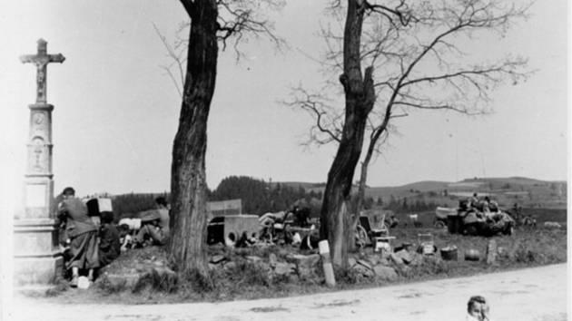 Vitějovická křižovatka v květnu 1945. Fotografie z Diplomové práce Mgr. Pavla Študlara Prachatickému deníku poskytl Emil Nachlinger z Těšovic