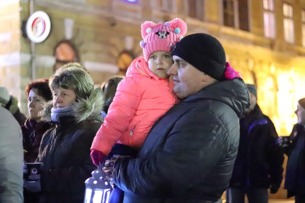 Česko zpívá koledy 2019 na náměstí v Netolicích.