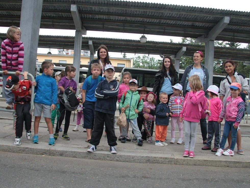 Rodinné centrum Sluníčko – Portus Prachatice připravilo pro děti .z příměstského tábora malý výlet za Prachatice s vyjížďkou na koních a doprovodným programem.