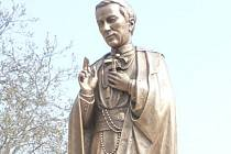 Socha sv. Jana Neumanna zdobí park v Hospicu