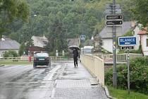 Vydatné srážky komplikují pátrání po pohřešované ženě. Skupinky pročesávaly břehy Blanice jak po proudu směrem pod most, tak proti proudu k Husinecké přehradě.