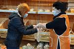 Vimperská radnice sehnala dobrovolníky, a ti nabírají pečivo zákazníkům v supermarketech.