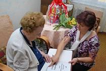 Nejstarší obyvatelka Prachatic Miroslava Fučíková z Prachatic se podepsala do pamětní knihy města.