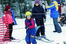 PLNÉ SJEZDOVKY. Všechny lyžařské svahy byly o víkendu v obležení, a jak je vidět na snímku, lanovky se nezastavily.