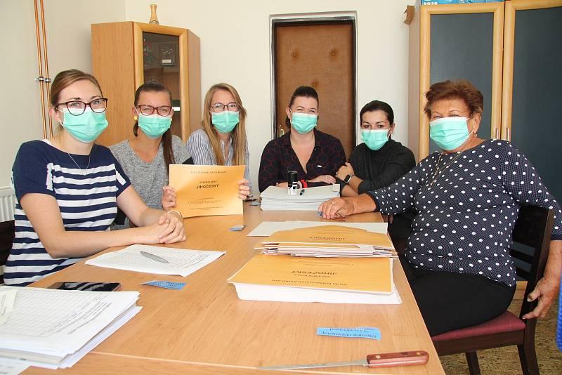 Volební komise ve složení Lenka Hodinová, Romana Podlešáková, Barbora Mrázová, Petra Šísl, Hana Hodinová a Jana Popová.