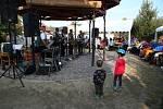 V prachatickém hospicovém parku zahrála dechová kapela Babouci.
