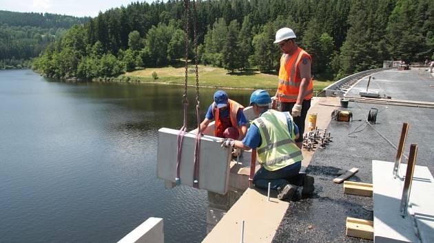 Rekonstrukce koruny hráze Husinecké přehrady se minimálně o tři týdny posune.
