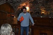 Známý český spisovatel Michal Viewegh vyprávěl o svých knihách v prachatické Čajovně U Hrušky.