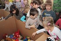 Prachatické děti dávají do beden své hračky pro děti v Gruzii.