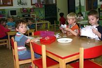 V minulém týdnu počasí moc nepřálo, děti tak trávily čas nad výrobky, které možná vyzdobí další místa mateřské školy.