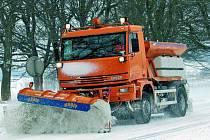 TUHÁ ZIMA. Pracovníci Správy a údržby silnic v Prachaticích nemají letošní zimu snadný úkol. Museli již dvakrát doobjednávat chemický posypový materiál, a to celkem tisíc tun posypové soli.