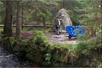 Hynek Hladík, plavební ředitel Schwarzenberského plavebního kanálu, položil květiny u Rosenauerova pomníku.