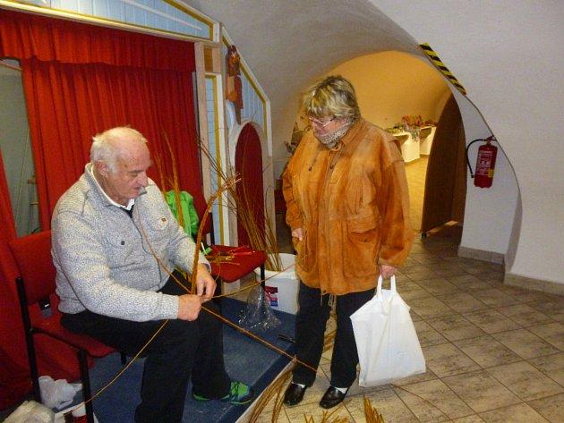 Senioři vystavují a prodávají jarní dekorace v muzeu loutek.