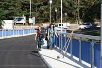 Červenec 2014 Husinec: Téměř po roce se vrátil silniční provoz zpět na hráz Husinecké přehrady. Její koruna včetně vozovky prodělala nejrozsáhlejší rekonstrukci od doby postavení přehrady.