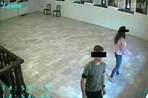 Záběry z bezpečnostních kamer v galerii.