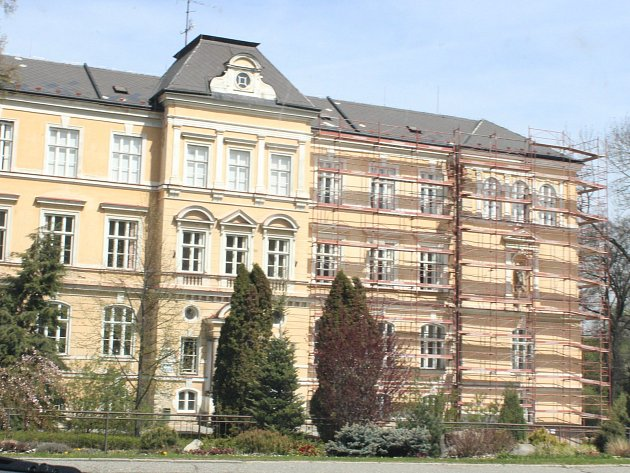 Historická budova Základní školy TGM v parku u Volyňky. Ilustrační foto