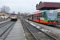 Možnost zakoupit si jízdenku nejen přímo ve vlaku, ale ještě před tím v pokladně na vlakovém nádraží budou mít i po 10. červnu cestující na nádraží ve Volarech. Na třinácti místech jižních Čech to ale možné nebude.