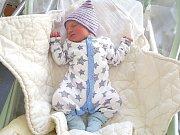 VELKOU radost má tříletá Anička Pokorná, ke které přibyl 18. července 2017 bráška Péťa. Péťa se narodil dvě minuty po šestnácté hodině, vážil 3,41 kg a měřil 47 cm. Manželé Anna a Petr si syna odvezli domů do Broum. Foto: Rodina