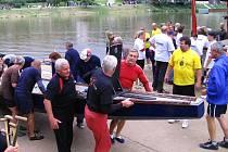 Letošních závodů dračích lodí se zúčastnily místní i přespolní týmy, které si akci skutečně užívaly.