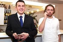 RADOST. Jiří Krček se usmívá po zisku druhého místa, jeho spoluhráč Tomáš Šilhavý o tom vypráví do telefonu.