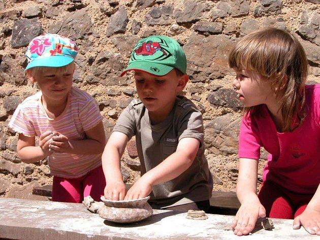 Na děti čekalo na hradě Točníku mnoho her a zábavy. Mohly si vyzkoušet i výrobu keramiky.