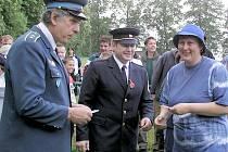 Starosta osovských dobrovolných hasičů Josef Chvojka (zcela vlevo)