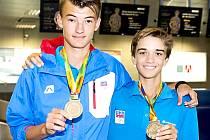 Tenisový talent z Berouna třímá vpravo medaili z Tbilisi.