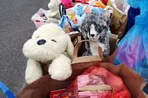 Družina darovala hračky azylovému domu.