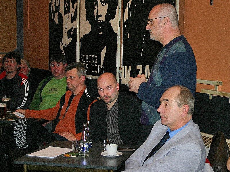 Generální manažer Bzové Václav Míšek (stojící) loboval v diskusi za sloučení obou klubů