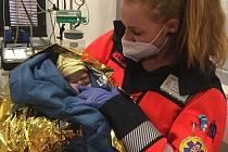 Záchranářka hostivické posádky rychlé zdravotnické pomoci  pomohla holčičce na svět sama.