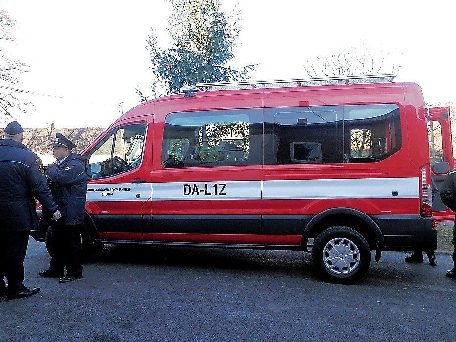 Hasiči ze Lhotky u Lochovic získali nové zásahové vozidlo