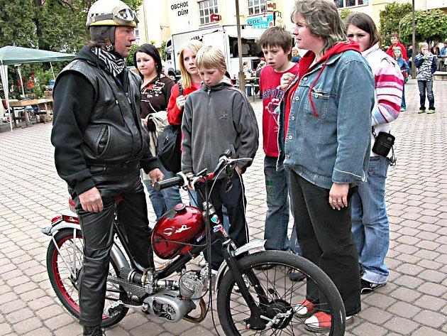 Naleštěné mopedy i jejich vyšňoření majitelé byli v sobotu v Žebráku centrem zájmu dospělých i dětí. Na místní  náměstí se jich letos sjely stovky z širokého okolí.