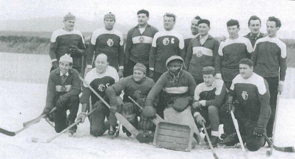 Stará hokejová garda Broum v roce 1968. Hokej byl velmi rozšířený po Berounsku a obce se utkávaly v hokeji stejně běžně jako nyní ve fotbale.