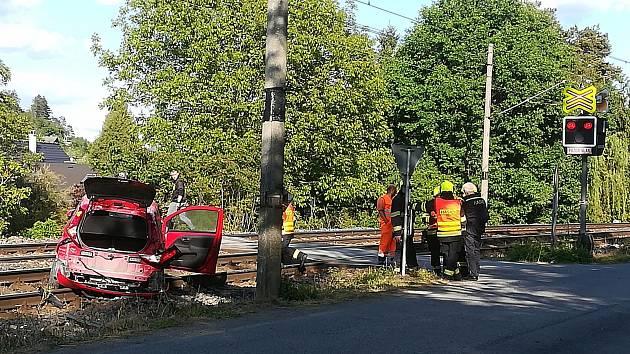 Srážka auta s vlakem mezi Zadní Třebaní a Řevnicemi.