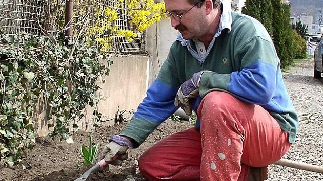 Václav Šícha uklízí kolem domku pravidelně.
