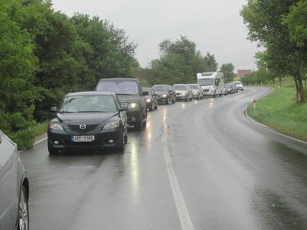 Kolony aut jedoucích do Berouna.
