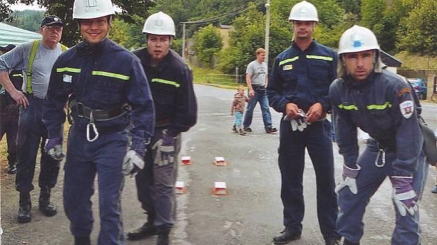 Tým místních dobrovolných hasičů při Žloukovickém brodění