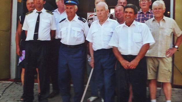 Členové sboru před žloukovickou hasičárnou